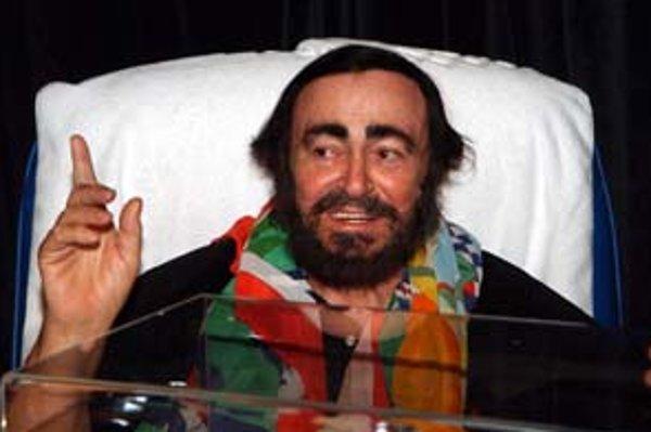 Luciano Pavarotti sa posledný rok pre chorobu vyhýba verejnosti. Naposledy ho novinári odfotili po operácii v newyorskej nemocnici a na invalidnom vozíku pred jeho domom v Modene (dole).