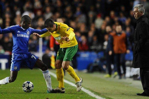 Admir Vladavič hral za Žilinu aj proti Chelsea.  Vľavo Ramires, vpravo sa prizerá tréner Chelsea Carlo Ancelotti.