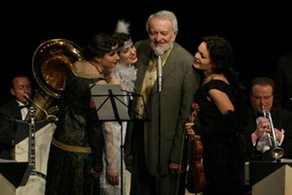 Celovečerný, viac ako trojhodinový hudobno-zábavný program začne koncertom Bratislava Hot Serenaders s croonerom Milošom Stančíkom a Sisters serenaders.