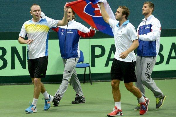 Štvrtý bod v zápase s Lotyšskokom získal Andrej Martin (druhý z prava).