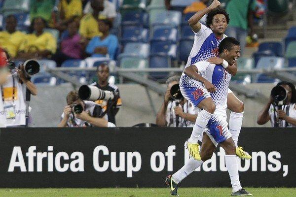 Kapverdský reprezentant a hráč francúzskeho klubu OSC Lille Ryan Mendes (hore) a jeho spoluhráč Luis 'Platini' Soares oslavujú gól.