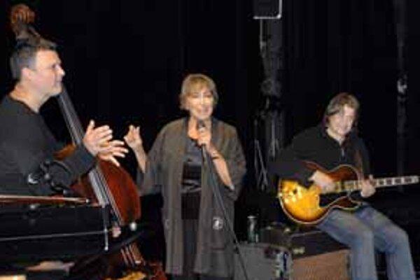 Hana Hegerová s kontrabasistom Robertom Balzarom a gitaristom Zdeňkom Fišerom.
