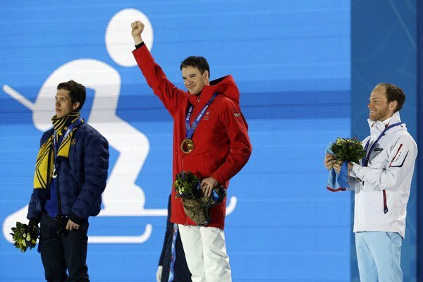 Zľava strieborný Švéd Marcus Hellner, zlatý  Švajčiar Dario Cologna a bronzový Nór Martin Johnsrud Sundby.