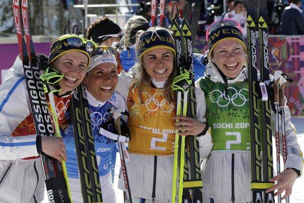 Švédske víťazky: Ida Ingemarsdotter (vľavo), Emma Wiken (vpravo), Anna Haag a Charlotte Kalla (druhá vľavo).