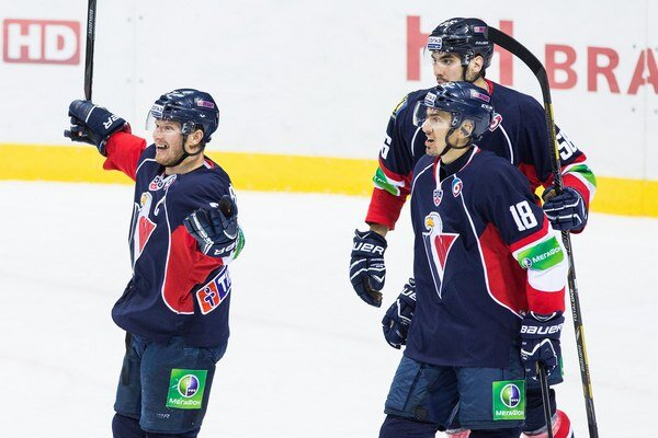 Zľava: Hráči Slovana Milan Bartovič, Miroslav Šatan a Vladimír Mihalik počas zápasu Slovan - Atlant Mytišči.
