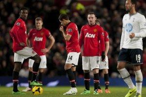 Hráči Manchestru United po druhom góle Tottenhamu, ktorý znamenal prehru na domácom ihrisku.