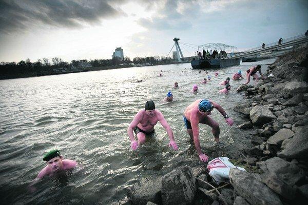Plávanie v studenej vode je na Slovensku veľmi populárne.