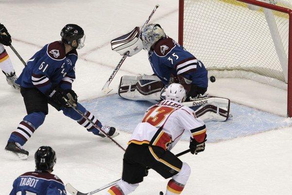 Mike Cammalleri z Calgary Flames dáva víťazný gól brankárovi Colorada Avalanche Jeanovi-Sebastienovi Giguereovi.