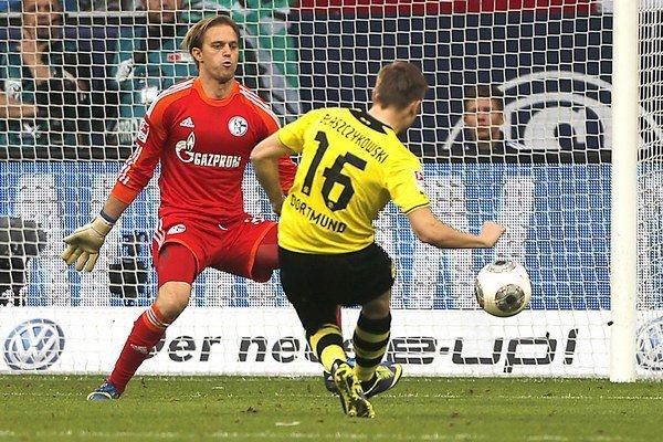 Poľský stredopoliar Borussie Jakub Blaszczykowski strieľa gól, vľavo brankár Schalke Timo Hildebrand.