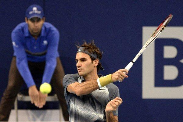Švajčiarsky tenista Roger Federer odvracia loptičku Argentínčanovi Juanovi Martinovi Del Potrovi.
