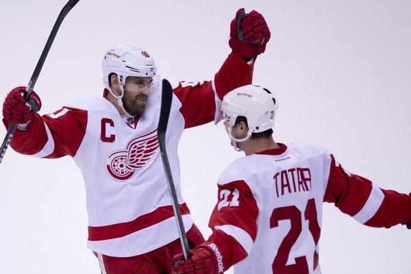 Tomáš Tatar sa teší zo svojho prvého gólu v sezóne s kapitánom Detroitu Henrikom Zetterbergom.
