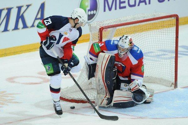 Z hokejovej KHL Lev Praha - Slovan Bratislava 15. januára 2013 v Prahe. Na snímke Andrej Kudrna (Slovan) pred brankárom Jakubom Šťepánkom.