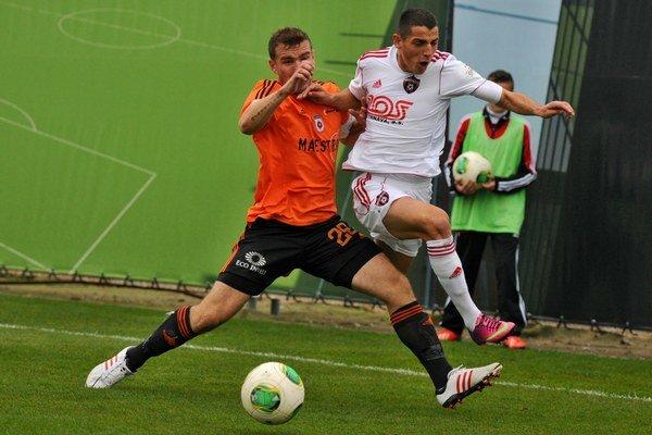 Na snímke vpravo hráč Trnavy Radoslav Ciprys a hráč MFK Ružomberok Tomáš Ďubek v zápase 16. kola. Trnava prehrala 1:4.