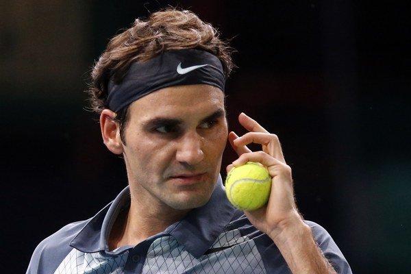 Roger Federer v zápase s Novakom Djokovičom.