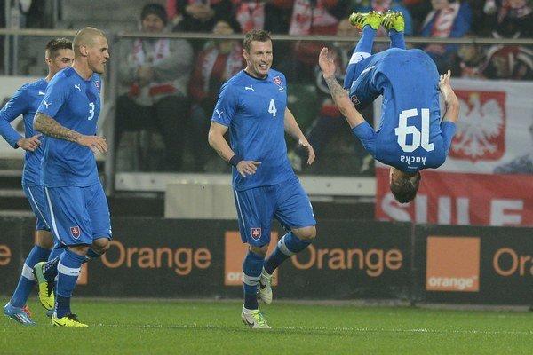 Slováci i Poliaci nastúpili s najväčšími hviezdami. Takto sa z gólu so spoluhráčmi tešil Juraj Kucka.