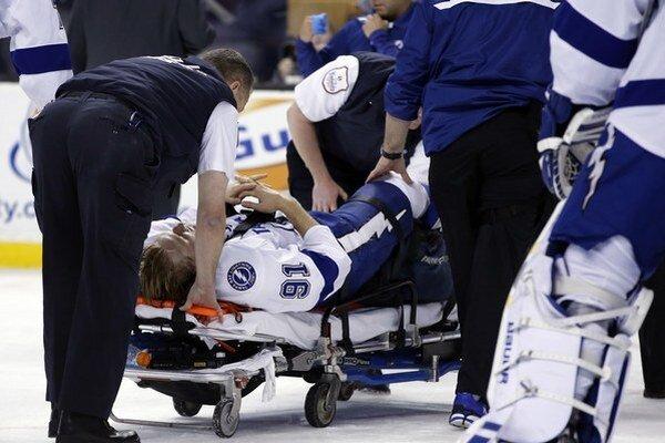 Tampe sa zranil kanonier Steven Stamkos v zápase v Bostone.