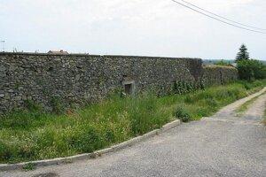 Dodnes sú sčasti zachované dve strany hradieb a dve vedľajšie bránky.
