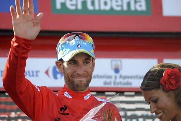 Celkový líder, taliansky cyklista Vincenzo Nibali oslavuje na pódiu po štvrtej etape pretekov Okolo Španielska na trati z Lalinu do Fisterry 27. augusta 2013, dlhej 189 km.