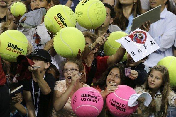 Fanúšikovia Rafaela Nadala čakajú na jeho podpis po postupe do 3. kola.