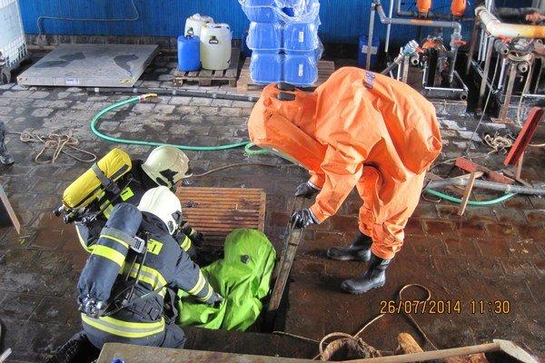Traja muži čistili v Glejovke jamu s chemickým odpadom.