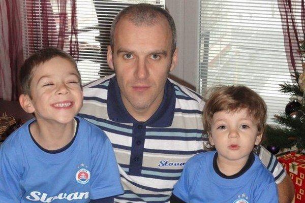 Nový predseda klubu René Féder so svojimi synmi.