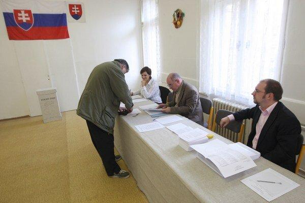 Boj o voliča si po štyroch rokoch zopakujú šiesti súčasní krajskí poslanci z regiónu.
