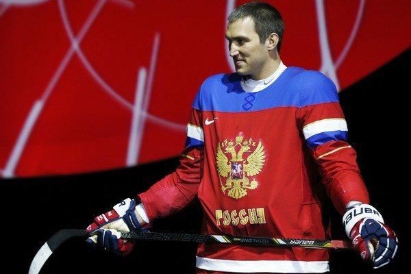 Alexander Ovečkin pózuje počas predstavenia olympijského dresu ruskej hokejovej reprezentácie.