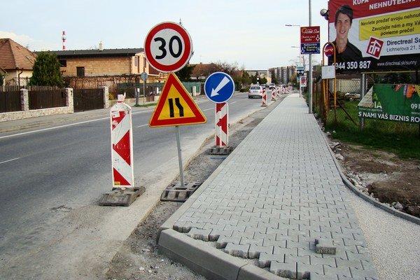 Chodník na Trnavskej ulici už dokončili.