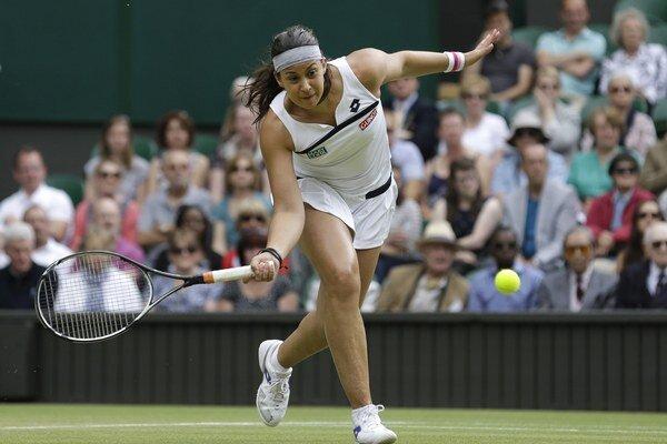 Francúzska tenistka Marion Bartoliová odvracia loptičku Belgičanke Kirsten Flipkensovej.