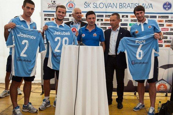 Nové posily Slovana: Miloš Josimov (vľavo), Matej Jakúbek (druhý zľava) a Pavel Fořt (vpravo).