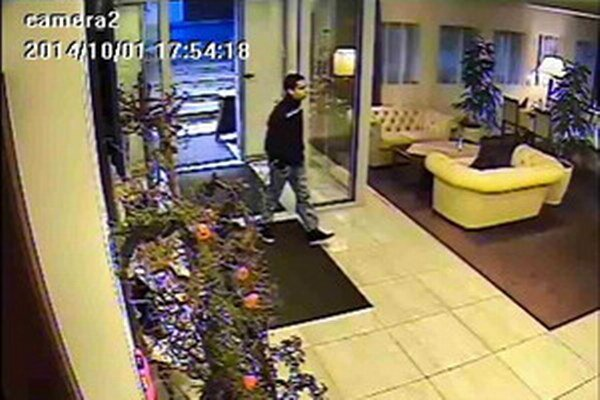 Polícia pátra po mužovi zo záberu.
