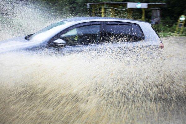 Voda zaplavila cesty aj pivnice.