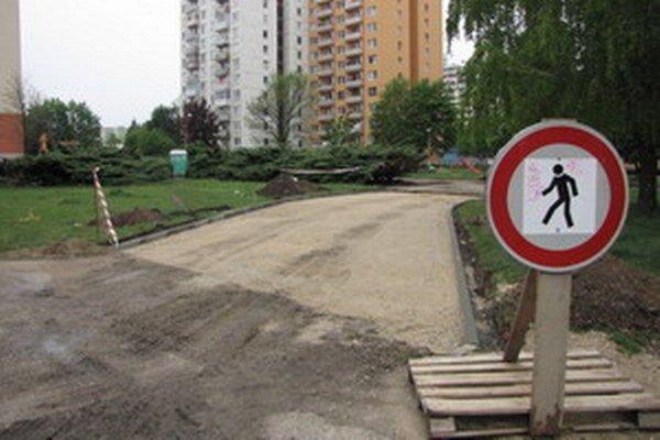 Na Clementisovej pribudne 35 parkovacích miest. Pre ich výstavbu museli zabrať aj časť trávnika.