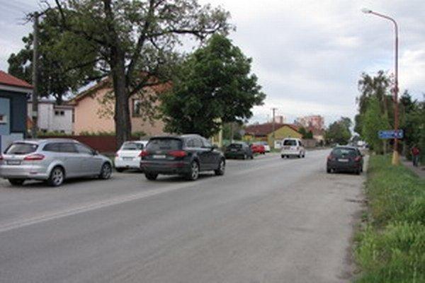 Bratislavská smerom na Linčiansku. Niektoré dopravné značky zakrýva zeleň. S dvomi pruhmi majú problém hlavne mimotrnavskí šoféri i domáci začiatočníci.