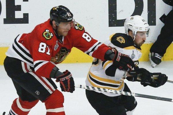 Slovenský krídelník Blackhawks Marián Hossa (vľavo) a hráč Bostonu Brad Marchand (vpravo) v 5. zápase finále hokejovej NHL.
