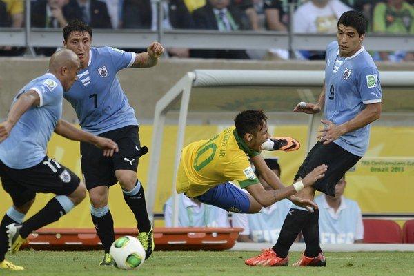 Neymar medzi Uruguajčanmi Luisom Suarezom (vpravo), Egidiom Arevalom (vľavo) a Cristianom Rodriguezom.