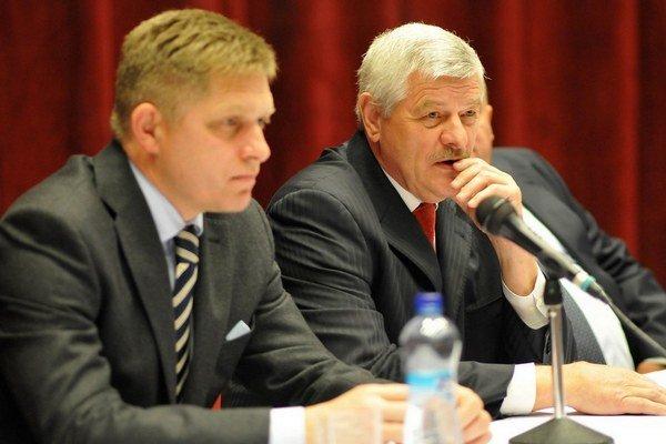 Predseda Smeru Robert Fico prišiel za Tiborom Mikušom z Novej demokracie.