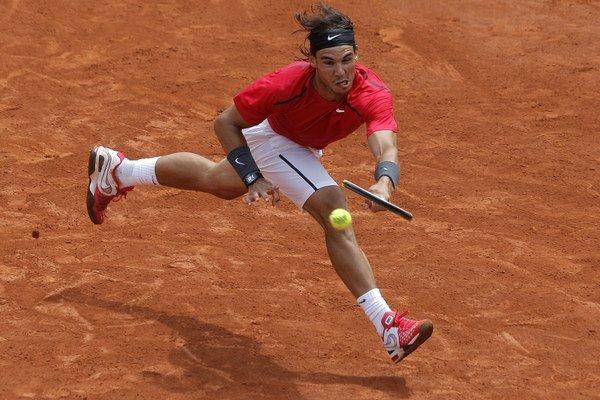 Rafael Nadal je právom antukovým kráľom. Na najprestížnejších turnajoch vyhral 22 titulov, pričom na Roland Garros triumfoval už sedemkrát. Na najpomalšom povrchu má v súčasnosti minimum konkurentov.