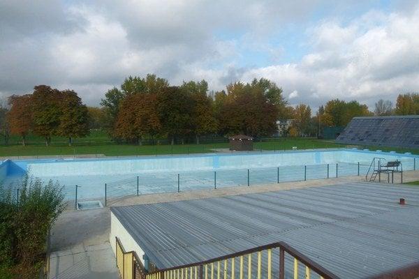 V lete funguje kúpalisko v Zámockej záhrade, mimo sezóny musia plavci za bazénmi dochádzať.