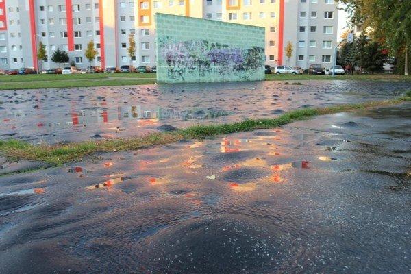 Viaceré ihriská z asfaltu nielen na Družbe majú už najlepšie roky za sebou.