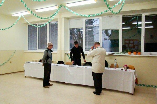 Volebnú miestnosť na Lomonosovovej zdobia zeleno-biele girlandy.