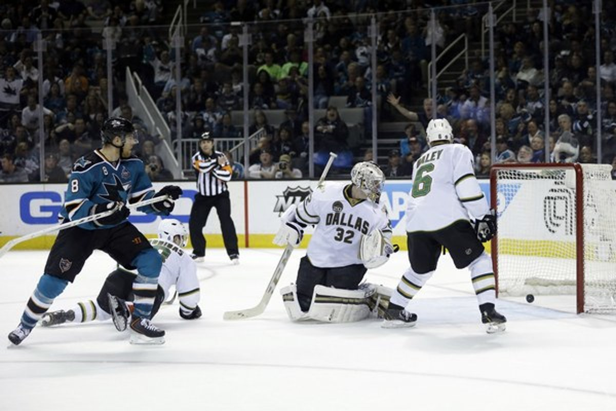 dba16fbbb3ae2 Center San Jose Sharks Joe Pavelski (vľavo) strieľa gól brankárovi Dallasu  Stars Karimu Lehtonenovi