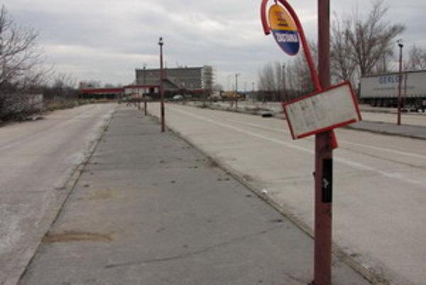Zastávky ešte donedávna fungovali, v súčasnosti už vjazd na autobusové nástupište blokujú betónové zábrany.
