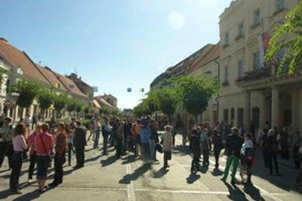 Protest proti ceste pred radnicou.