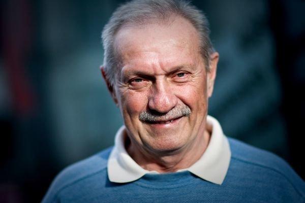 Narodil sa v roku 1945 v Trenčianskych Tepliciach. Vyštudoval ekonomický smer na Vysokej škole poľnohospodárskej v Nitre, trénerskú licenciu získal na Fakulte telesnej výchovy a športu Univerzity Komenského. Hral futbalovú aj hokejovú ligu za Nitru, t