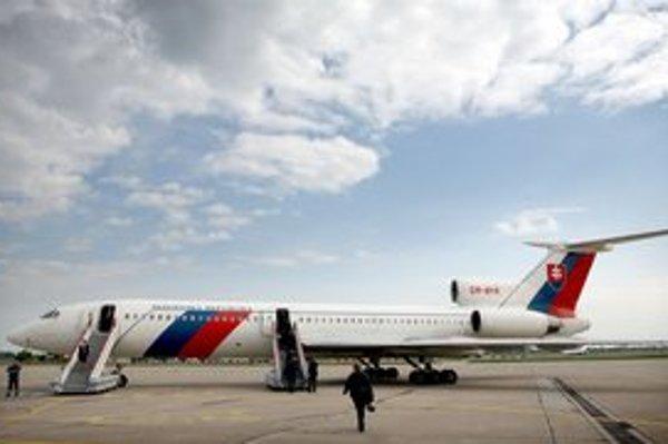 Hučí a chrlí emisie. Väčší vládny špeciál vidia na európskych letiskách neradi. Na východ môže hokejistov Slovana voziť bez problémov.