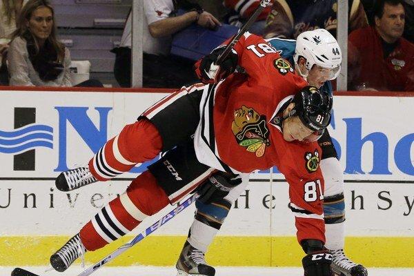 Marián Hossa z Chicaga Blackhawks a Marc-Edouard Vlasic zo San Jose Sharks.