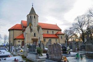 Obvodové múry kostola skrývajú aj dve delové gule.