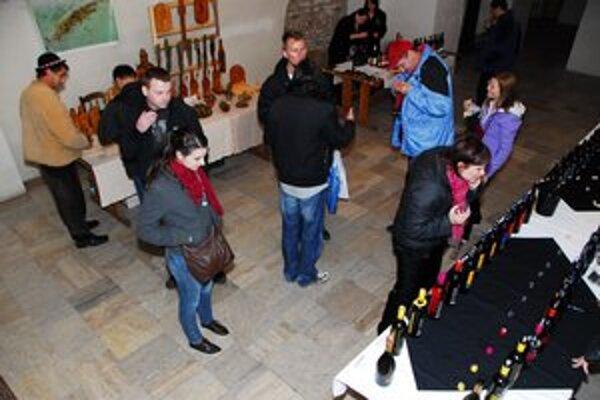 V pivnici Západoslovenského múzea v Trnave. Medzi vinármi tu bol aj rezbár.