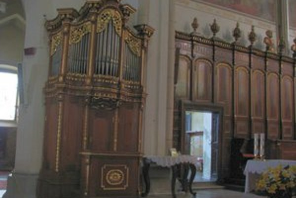 Organ je po zreštaurovaní svetlejší, v jeho hornej časti pribudlo zlátené zdobenie.